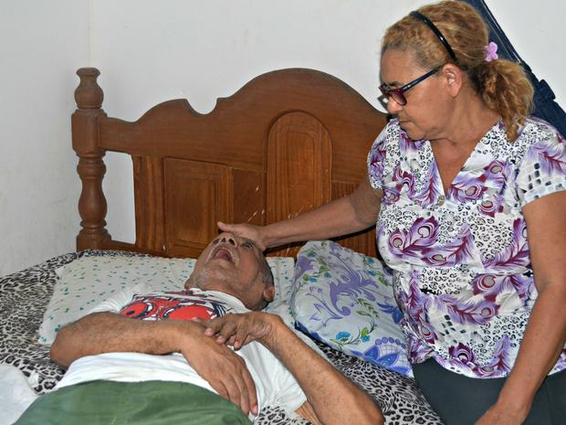 Arlete, que era costureira, está há 28 anos cuidando do marido Sebastião que não fala e não anda (Foto: Tácita Muniz/G1)